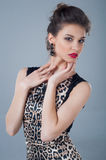 Drążący spojrzenie piękna młoda dziewczyna naturalne piękno Pracowniany portret Fotografia Stock