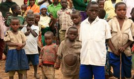 DR. CONGO - 2ND NOV.: De vluchtelingen kruisen in Oeganda Stock Foto's