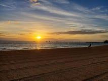 Dr. da praia do por do sol do divertimento das férias bonito fotografia de stock