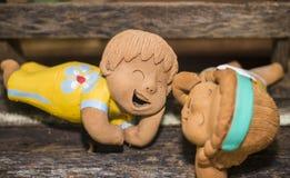 Drôle heureux de poupées de sourire dans l'amour Photographie stock
