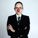 Drôle sérieux de nez de clown de femme d'affaires Photo stock