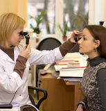 De arts & de patiënt van de oftalmoloog Stock Foto