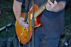 Dr Pickup som spelar på Vic Sur Cere 15 Juli 2014 Arkivbild
