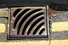 drażniącego żlebu manhole metalu stary drogowy kanał ściekowy Fotografia Royalty Free