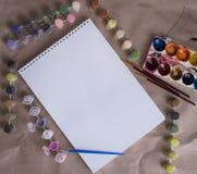 Dra albumet med färgmålarfärger på tabellen royaltyfria foton