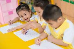 Dra barn Fotografering för Bildbyråer