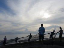 Dra det netto Shorelinefisket Arkivfoton