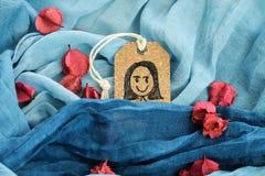 Dra en lycklig flicka på den pålagda blåa halsduken för etikettsetikett Royaltyfri Foto