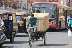 Dra en Rickshaw i värme royaltyfria bilder