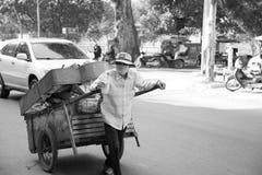 Dra en vagn i Cambodja Arkivfoto