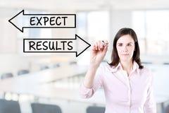 Dra för affärskvinna resultat- och förväntanbegrepp på den faktiska skärmen Kontorsbakgrund Arkivfoto
