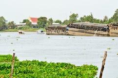 Dra fartyg för trans. i floden av Thailand Royaltyfria Foton