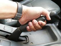 Dra handbromsen av en bil royaltyfri fotografi