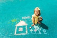 Dra huset med krita Royaltyfria Bilder