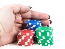 Dra i buntar av pokerchiper Arkivbilder
