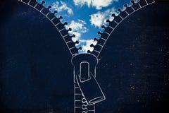 Dra igen blixtlåset på att öppna upp på en blå himmel, metafor av optimism royaltyfri foto