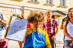Dra karikatyrer i den Arbat gatan av Moskva Arkivfoto