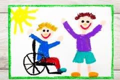 Dra: Le pojkesammanträde på hans rullstol Rörelsehindrad pojke med en vän royaltyfri bild