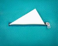 Dra ned blixtlåset på läderplånboken med det vita tomma kortet Royaltyfri Fotografi