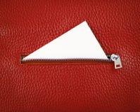 Dra ned blixtlåset på läderplånboken med det vita tomma kortet Arkivfoto