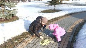 Dra på asfalt med krita lager videofilmer
