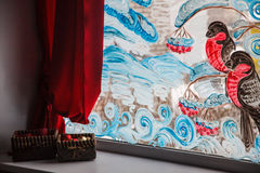 Dra på exponeringsglaset av fönstret: fåglar snö, bär Vinter Royaltyfria Foton