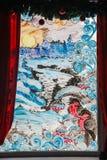 Dra på exponeringsglaset av fönstret: fåglar snö, bär Vinterchr Arkivfoton