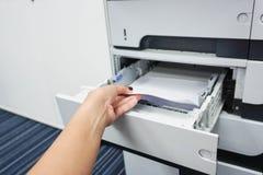 Dra papper från skrivarmagasinet Royaltyfria Foton