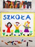 Dra: Polskt ord SKOLA, skolabyggnad och lyckliga barn royaltyfria foton