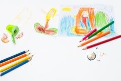 Dra sjöjungfrubarnet fyra år och färgade blyertspennor royaltyfria bilder