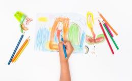 Dra sjöjungfrubarnet fyra år och färgade blyertspennor royaltyfri bild