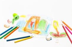 Dra sjöjungfrubarnet fyra år och färgade blyertspennor royaltyfri foto