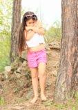 Dra skam över flickan i skog Royaltyfria Bilder