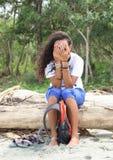 Dra skam över flickanederlag bak händer Arkivbild