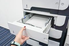 Dra skrivarmagasinet Arkivbilder