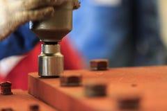 Dra åt bulten med den pneumatiska vridmomentskiftnyckeln Fotografering för Bildbyråer