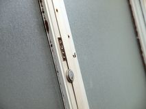 Dra tecknet på gammal dörr royaltyfri bild