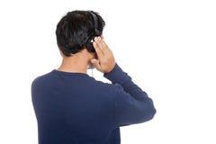 Dra tillbaka av asiatisk man med headphonen Arkivbild