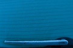 Dra tillbaka av biltorkaren i vinter fotografering för bildbyråer