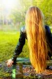 Dra tillbaka av blond kvinna med naturligt långt hår royaltyfri bild