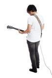Dra tillbaka av den asiatiska mannen som spelar gitarren royaltyfri bild