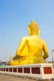Dra tillbaka av den stora guld- buddha statyn i thai tempel Fotografering för Bildbyråer