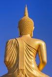 Dra tillbaka av den stora guld- buddha statyn på bakgrund för blå himmel Arkivfoton