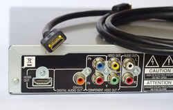 Dra tillbaka av en DVD-spelare och HDMI-kabel Arkivfoton