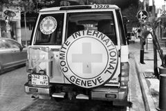 Dra tillbaka av en internationell Röda korsetlastbil som parkeras på den Hamra gatan i Beirut, Libanon Royaltyfri Fotografi
