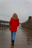 Dra tillbaka av en kvinna på en våt dag royaltyfria foton
