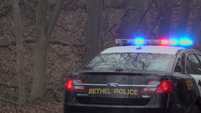Dra tillbaka av en polisbil nära ett nödläge