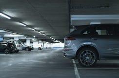 Dra tillbaka av en suvbil som parkeras i lott av garaget royaltyfri foto