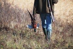 Dra tillbaka av gående jägare med vildfågel Royaltyfria Foton