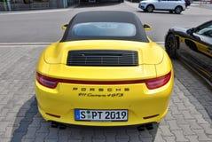 Dra tillbaka av gula Porsche 911 Carrera 4 GTS Fotografering för Bildbyråer